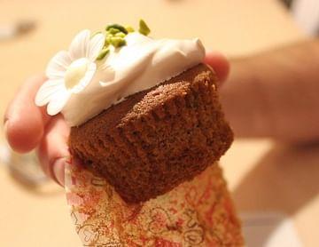Flower Power – 12 Spicy Cupcakes mit Pistazien und Fluffy Frosting