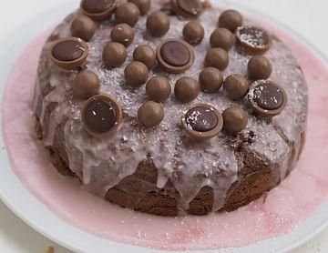 Schoko-Kokos Kuchen mit Himbeerglasur