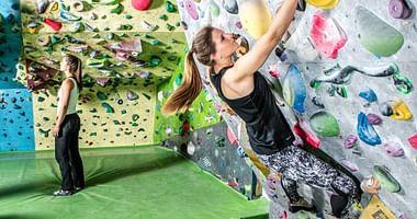 Das Edelweiss-Center betreibt eine der größten Boulderhallen Österreichs & mit unserem Gutschein von der Edelweiss-Center Boulderhalle bekommst du von 09:00 Uhr bis 14:00 Uhr 1+1 gratis Eintritt!