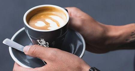 Ohne Kaffee geht bei dir morgens gar nichts? Mit unseremCafé RoyalGutschein erhältst du 10€ StudentenrabattaufKaffeespezialitäten wie Bohnenkaffee, Pads & Kapseln (auch für Nespresso & Nescafé Dolce Gusto).