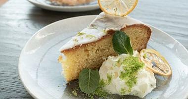DAS GLASHAUS steht für hochwertige Lässigkeit und bereitet dir mit unserem DAS GLASHAUS Studentenrabatt jetzt den perfekten Feierabend, denn wir schenken dir zu jeder Hauptspeise einen kostenlosen Kuchen!