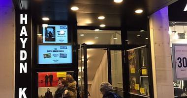 Im Haydn Kino kannst du dich entspannt zurücklehnen und englisch-sprachige Filme genießen. Mit unserem English Cinema Haydn Studentenrabatt bekommst du Lorenz Snacks und einen Softdrink als Filmverpflegung gratis obendrauf!