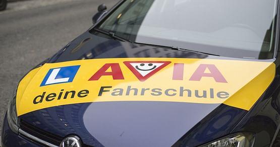Die Fahrschule AVIA beendet dein Beifahrer-Dasein und macht dich fit für den Führerschein. Mit unserem Fahrschule AVIA Studentenrabatt bekommst du 10% Rabatt auf den B Führerschein!