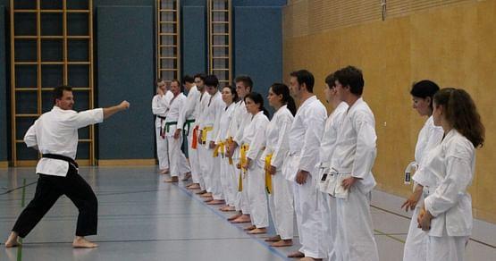 Denersten zehn Studentenschenken wireinen kostenlosen 2-monatigen Anfängerkurs für Karate- und Selbstverteidigung beimKarateclub Liesing!