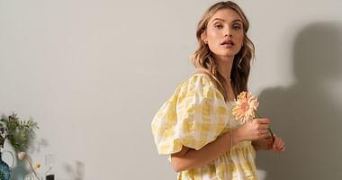 Wer bei NA-KD einkauft? Fashionistas und Influencerinnen. Mit unserem NA-KD Studentenrabatt shoppst du beliebte Modetrends und Beautyprodukte um 15% günstiger!
