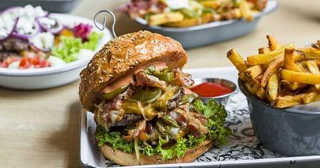 BeiOmnom Burgererwarten dich köstliche handgemachte Burger – gefertigt nur aus besten österreichischen Qualitätszutaten.Als iamstudent PLUS Mitglied sparst du 15% bei jeder Abholung oder Konsumation vor Ort.