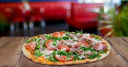 Schlägt auch dein Herz für Pizza? Dann bist du hier genau richtig, vor allem als Studi mit einem knappen (Pizza-)Budget! Mit unserem Pizza MannStudentenrabatt holst du dir jetzt2 schmackhafte Pizzen zum Preis von 1!