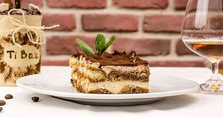PizzaCall Innsbruck liefert dir heiße Holzofenpizzen, Salate, Snacks, Nachspeisen und Getränke umweltfreundlich mit E-Rollern direkt zu dir nach Hause!iamstudent PLUSMitglieder bekommen jetzt einkostenloses Tiramisù zu jeder Onlinebestellung dazu!