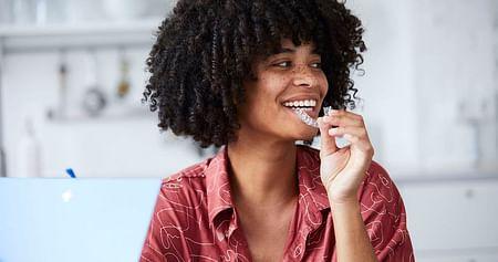 Goodbye Zahnspange, hello unsichtbare Zahnschiene! Mit unserem PlusDental Studentenrabatt profitierst du bei einer Zahnkorrektur von sage und schreibe 300€ Nachlass.