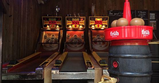 Mitten im Herzen der Stadt liegt die Red Fox Bar Cologne - Kölns erste Skee Ball® Bar. Mit unserem Red Fox Bar Cologne Studentenrabatt bekommst du zu jedem Bier drei gratis SkeeBall® Coins!