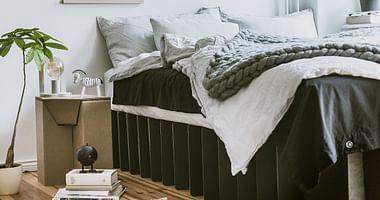 Angenehm, schick und nachhaltig: Das sind die Pappmöbel von ROOM IN A BOX. Mit unserem Studentenrabatt von ROOM IN A BOX bekommst du 15€ Rabatt auf dein neues Bett!