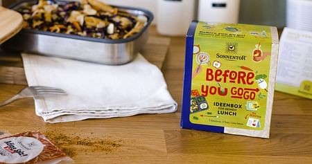 """Lass die Sonne in deine Küche! Mit dem SONNENTOR Studentenrabattgibt es zu jeder Bestellung im Onlineshop ab 30€ eine kostenlose Gewürzmischung""""Ideenbox für dein Mittagessen""""! Enthalten sind 7 Gewürzmischungen, 3 Tees & Lunch-Inspirationen."""