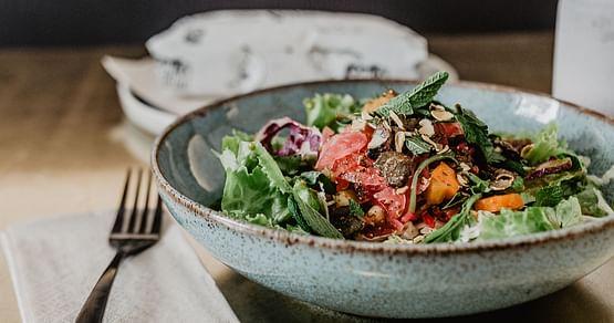 Wrapliebe für alle! Dank unseres Wrapstars Studentenrabattserwarten dich in dem beliebten Wiener Lokal leckere Wraps, Bowls, Salate und mehr zum kleinen Preis. Das günstigere von 2 Hauptgerichten ist gratis!