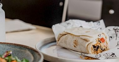 Wrapstars ist zurück! Und Dank unseres Wrapstars Studentenrabattserwarten dich ab dem 15.05. in dem beliebten Wiener Lokal wieder leckere Wraps, Bowls, Salate und mehr zum kleinen Preis. Das günstigere von 2 Hauptgerichten ist gratis!